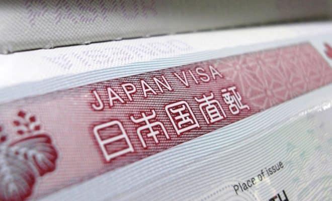 Ett japanskt visa för turister visas i närbild.