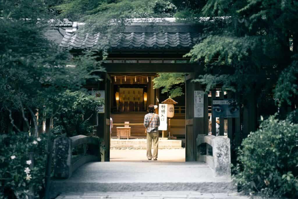 En äldre man går in i ett tempel.