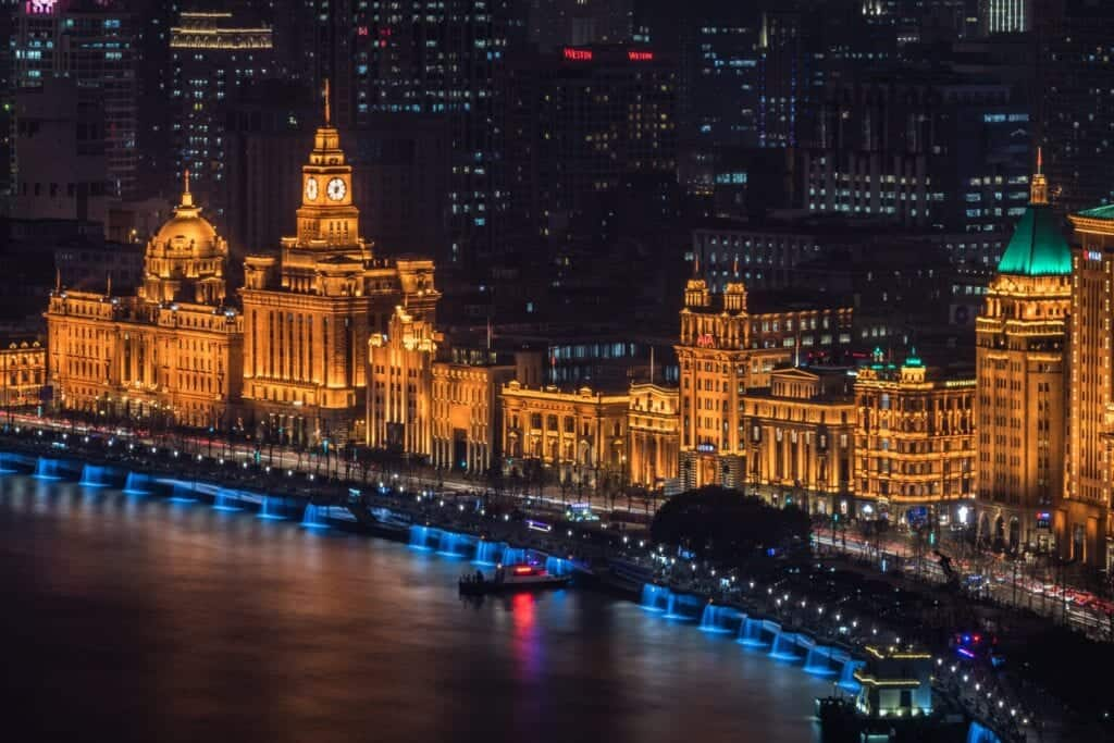 the-golden-strip-the-famous-bund-or-waitan-a-waterfront-area-in-central-shanghai_t20_1QomjO