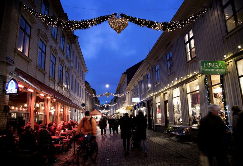 People at Haga Julmarknad christmasshopping.