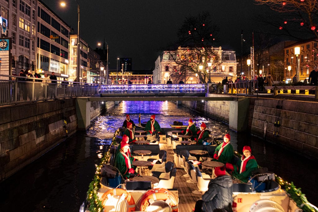 Paddan with people in Götegors canals during winter.