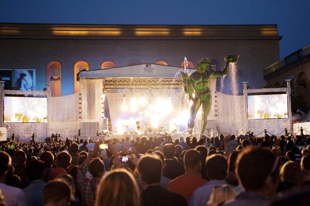 People watcvhing artists on stage during Göteborgs Festivalen.