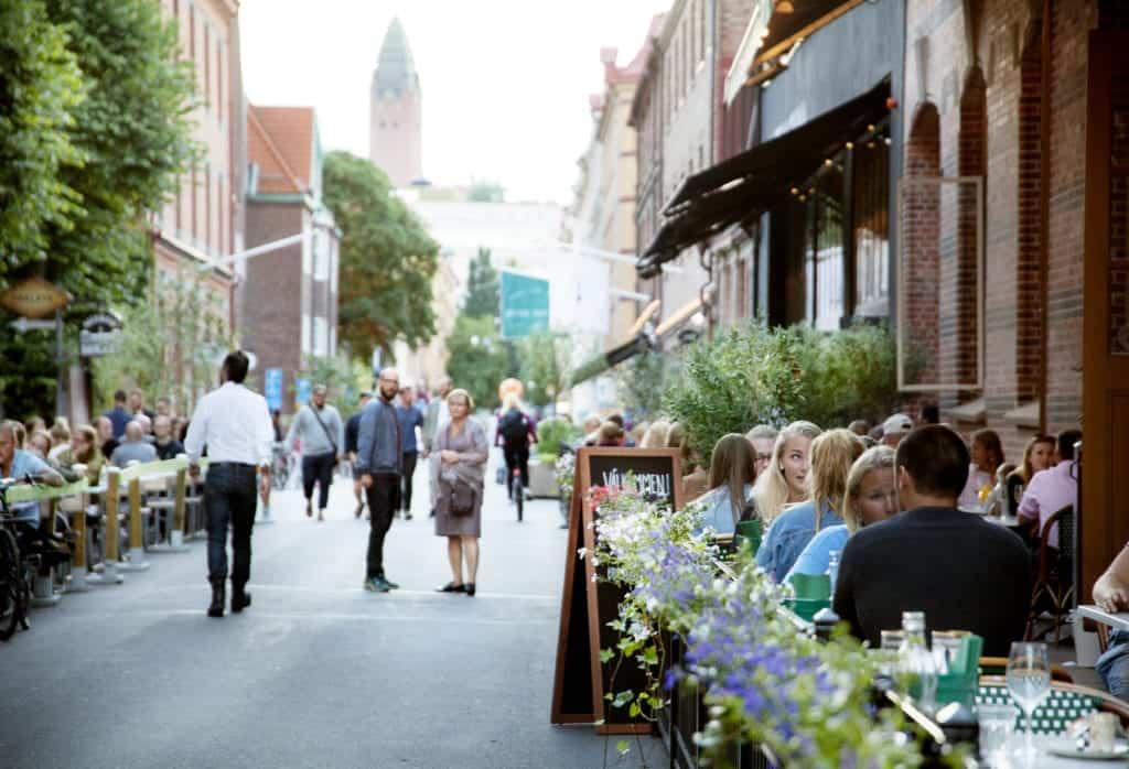 People eating and weakng along andra långgatan in göteborg.