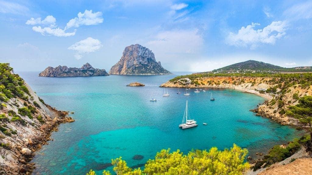 Segelbåtar längst med kusten i Spanien.